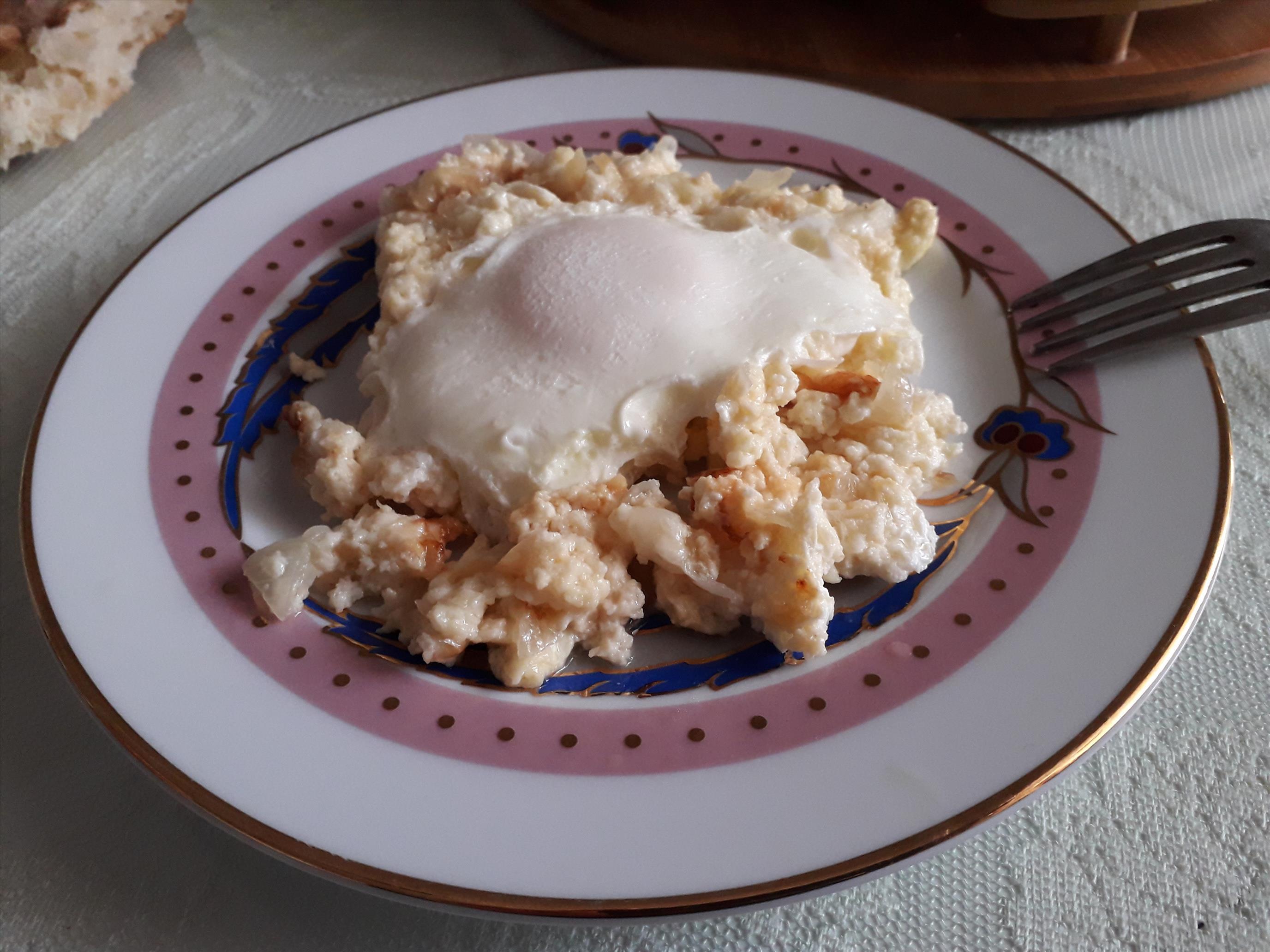 Çökelekli Soğanlı Yumurta